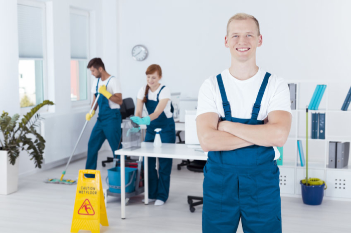 equipo de limpieza trabajando